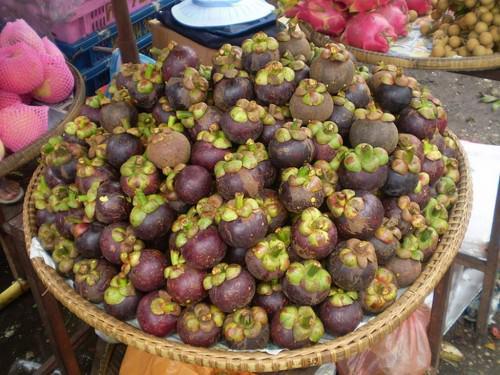 Мангостин или мангостан (лат. Garcinia mangostana) (англ. Mangosteen)